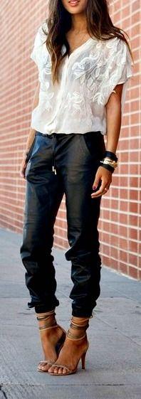Calça bomber de couro com blusa branca leve e sandalia de salto