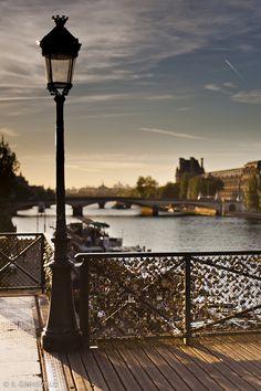 Le Pont des Arts et la Seine au soleil couchant, 75006 Paris by R.G.