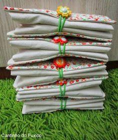 Fiz essas sacolas para levar ao supermercado que dobradinha vira uma carteira bem fofa! E cabe dentro da bolsa, no porta luva do carro, fi... Fabric Bags, Fabric Scraps, Bag Quilt, Retail Bags, Tote Tutorial, Diy Tote Bag, Denim Crafts, Quilted Bag, Market Bag