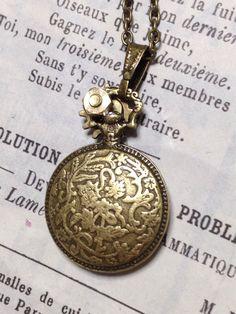 《新作スチームパンクアクセサリー販売》141108!懐中時計に埋まる機械式時計のペンダント。ペンダントを裏返すと金古美色で装飾が施されています。 詳しくは➡︎http://evpo.st/1ooeOb8 迄