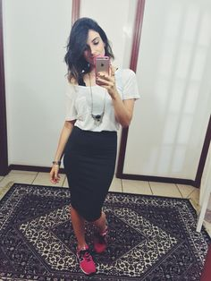 Saia lápis- alícia sampaio looks com saia midi, look com saia, saia lápis Pencil Skirt Casual, Pencil Skirt Outfits, Cute Fashion, Skirt Fashion, Fashion Outfits, Looks Style, My Style, Skirt And Sneakers, Casual Outfits