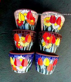Mosaic flower pots.                                                                                                                                                     Más Mosaic Planters, Mosaic Birdbath, Mosaic Vase, Mosaic Flower Pots, Pebble Mosaic, Mosaic Diy, Mosaic Garden, Mosaic Crafts, Mosaic Projects