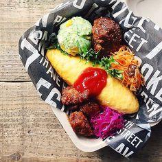 ˘̈ オムライスおべん*ϋ* ˘̈ オムライスにハンバーグに唐揚げに…… 晩ご飯より豪華な内容 下にひいてるのは100均(seria)で買ったクッキングシートです。 ˘̈ ハッピーフライデーꉂ∖ꇎ͡∕∖ꇎ∕ #tami弁 Japanese Lunch Box, Japanese Food, Rice Box, Cute Bento, Bento Box Lunch, The Dish, Asian Recipes, Food Porn, Easy Meals