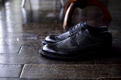 宮城興業の和創良靴(わそうりょうか)のオーダー靴、トゥはラウンドのESタイプ。小倉にあるめがねのセレクトショップ「gleam」のオーナー吉田さんにお気に入りはこの外羽根ウイングチップ。宮城興業の適度なラウンドトゥが吉田さんのスタイルにぴったりです。シュリンクレザー,外羽根,ウイングチップ,宮城興業,ES,外羽根,和創良靴,オーダー靴,革靴,誂え,紳士,オーダーメイド,福岡,黒崎,北九州,ビスポークスーツ110,bespokeSUIT110,bespokeSUITIIO,