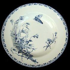 SARREGUEMINES - CARMEN. Assiette terre de fer en camaieu de bleu, 19e. Le service Carmen est charmant avec ses nombreuses variations de décor, et il est toujours très apprécié. 19e