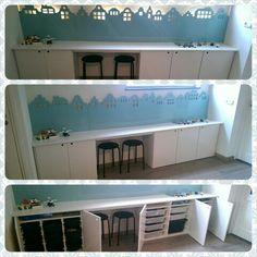 Speelgoed/LEGO kast. In de kast zitten IKEA STOFAST opbergbakken. Achter de huisjes van MDF zit ledverlichting. Er kan flink gespeeld worden op de werktafel. En s'avonds hebben we een rustig verlichten hoek in de woonkamer. Super blij mee!