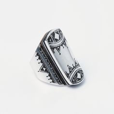 Inel statement Tchin, argint gravat și inserție de abanos, Niger #metaphora #silverjewelry #tuaregjewelry #ring #statement #statementring #ebony Statement Rings, Class Ring, Silver Jewelry, Enamel, Accessories, Jewellery, Manish, Vitreous Enamel, Jewels