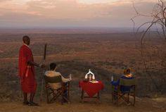Der Sonnenuntergang am Poacher's Lookout im Tsavo West Nationalaprk in Kenia ist ein ganz einmaliges Erlebnis. Von diesem alten Versteck der Wilderer haben Gäste einen atemberaubenden Blick auf den 5.895 Meter hohen Kilimanjaro. Mit etwas Glück gibt er sich wolkenlos, während die Gäste bei Sekt und Canapés den Sonnenuntergang genießen. An diesem besonderen Ort können Pärchen auch ihr Eheversprechen erneuern und in einer feierlichen Zeremonie die Atmosphäre auf sich wirken lassen.