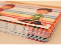 Yoga Deck en Español, con 54 tarjetas de posturas o asanas. Las posturas vienen con su nombre en español y sánscrito, así como una cualidad que se trabaja al realizar cada postura. Material hecho en México.