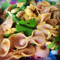 Salada de rúcula com massa integral, frango e honey mustard. Veja receita.
