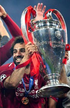 Mohamed Salah świętuje zwycięstwo w Lidze Mistrzów Liverpool FC Liverpool Anfield, Liverpool Legends, Liverpool Football Club, Liverpool Fc Champions League, Uefa Champions, Premier League, Best Football Players, Soccer Players, Zinedine Zidane