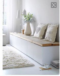 Tolle sitzbank flur modern Tolle sitzbank flur modern The post Tolle sitzbank flur modern appeared first on Flur ideen. Storage Bench Seating, Bench With Storage, Box Storage, Hidden Storage, German Decor, Home And Living, Living Room, White Pillows, Small Apartments