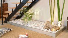 Aprovecha el hueco bajo una escalera interior para crear un jardín interior zen