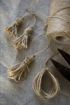 Bows & Tassels in the Shabby style and crocheted . The bows (tassels) do not . - Shabby and crochet bows & tassels … . The bows (tassels) no longer as a passive element to be ob - Burlap Crafts, Diy And Crafts, Arts And Crafts, Burlap Art, Burlap Bows, Diy Tassel, Tassels, Burlap Flowers, Fabric Flowers