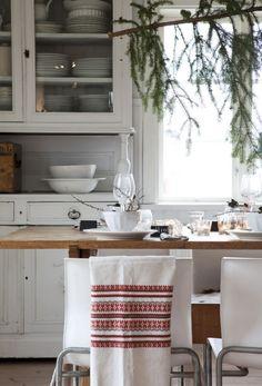 JUL PÅ DEN SVENSKE SLÆGTSGÅRD: Det store landkøkken er nemlig det sted på gården, hvor familien bruger mest tid. Det er også her, de samles til jul. Ikke mindst fordi interessen for god mad og madlavning er noget, de deler i hele familien | ISABELLAS