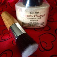 Ben Nye Banana Powder & Kabuki brush Sealed Banana Powder 1.5oz by Ben Nye Authentic  and Kabuki unused still in plastic brush!! Price is firm♦️ Ben Nye Makeup Face Powder