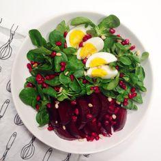 La p'tite salade estivale à base de mâche, betterave, oeuf, grenade et pignons de pin - Par @wiccian