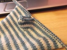 Easy flat knit fingerless glove pattern! -  I would knit it in the round, but I like the thumb solution of this pattern.