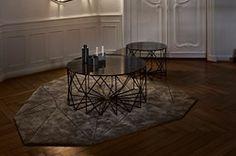 Kombinationen af det rå stål og bordpladen af farvet glas giver et råt og moderne udtryk, der både passer godt ind i en minimalistisk nordisk stue eller et hjem fyldt med vintage og sjove detaljer.