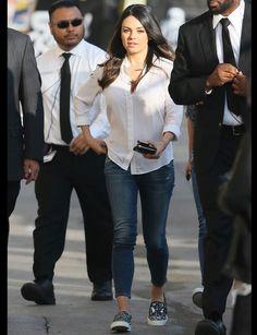 Mila Kunis et ses slippersLa famille baskets ne serait pas la même sans les slippers : confortables et parfaites pour un look décontracté, elles séduisent l'actrice Mila Kunis qui les combine avec un jean et une chemise blanche qui apporte la touche d'élégance qu'il faut à sa tenue.