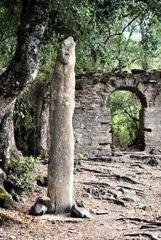 Quelques kilomètres plus loin, je gare la voiture et monte à pied le chemin vers la chapelle Santa Maria de Cambia, un peu inquiète de ne trouver aucune indication de durée. Heureusement, la marche n'est pas trop longue et je découvre, à côté de la chapelle, la statue-menhir de Petra Frigiata et les ruines d'un ancient couvent.