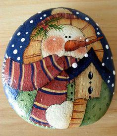 Todo el mundo ama muñecos de nieve! Cada año añado a mi colección - sólo una pieza especial. ¿Podría ser esto para usted? Aquí está otro de mis patrones favoritos de muñeco de nieve pintados sobre una piedra de río plana grande agradable para una piedra del jardín, accesorio de
