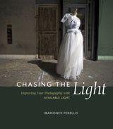 chasing the light van Ibarionex Perello. Geweldig boek! Lees het en dan achter het kwalitatief mooie aanwezige licht aan hollen :)
