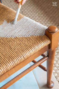 How to stain rush seat chairs with driftwood stain Rustoleum Driftwood stain and a stencil brush Rocking Chair Makeover, Dining Chair Makeover, Chair Redo, Diy Chair, Furniture Makeover, Diy Furniture, Painted Furniture, Furniture Refinishing, Repurposed Furniture