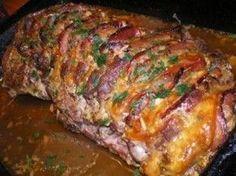 Pečená plnená krkovička (fotorecept)   bez kosti bravč krkovička, plátky mäso úd, plátk syr úd Marináda: olej oliv, horčica, cesnak soľ korenie 4 farieb tymián suš oregano rozmarín petržl vňať celá rasca Krkovičku nakrajame ako na rezne ale nedokrojíme do konca, musí zostat v celku osolíme. Pripravíme marinadu, votrieme do mäsa, nechame v chlade Pred pečením vložíme do zárezov syr a ud mäsa.Podlejeme vodou a zakryjeme. Pečieme na 180° 2 hod. Na konci dopečieme odokryte. Roast Beef Recipes, Pork Tenderloin Recipes, Pork Roast, Meat Recipes, Czech Recipes, Russian Recipes, Cooking Tips, Cooking Recipes, Good Food