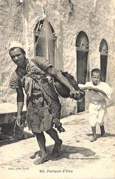 Carte postale ancienne Tunisie: le porteur d'eau (Garbagi en dialect tunisien parcequ'il porte l'eau dans la peau de chévre qui est dite guerba)