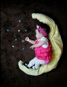 寝ている間に、赤ちゃんの周りに物を置いてパシャリ。そんな素敵な思い出になる写真アート、やってみたいですよね!
