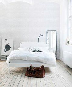 Quarto branco e clean.Ótima inspiração para decoração de quartos pequenos