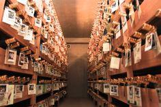 神村酒造は明治15年に創業した、創業133年目を迎える古酒(クース)をメインに扱う老舗の酒造所です。泡盛を3年以上寝かせたものを古酒といい、泡盛は寝かせれば寝かせるほど水とアルコールの分子が均等化し、味が丸くなって香りがよくなります。 5年後の自分へ、 特別な一本に会いにいける神村酒造