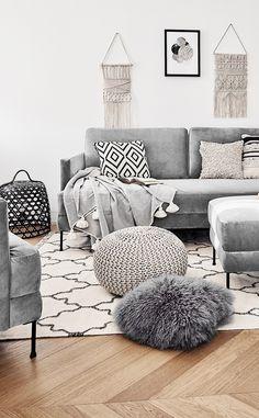 Boho Vibes! Das angesagte Samt-Sofa Fluente ist das perfekte It-Piece für jedes Zuhause. Kombiniert mit Ethno-Prints, Fellkissen und Makramee-Wandschmuck wird dieses Wohnzimmer zu einem wahr gewordener Boho Traum. Stylisch & wandelbar - einfach perfekt! // Wohnzimmer Sofa Pouf Fell Kissen Teppich Wandschmuck Ideen Sofa Samtsofa Kissen Decke Ethno Boho Ideen #WohnzimmerIdeen #Boho #Ethno #Wohnzimmer #Sofa #Samtsofa