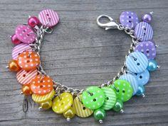 Un arc-en-ciel lumineux des boutons rayé et tacheté sur une chaîne de bracelet avec des perles de verre correspondant, beaucoup de plaisir à porter ! Environ 7(18cm) de long, mais jai pouvons régler cela si vous avez besoin de moi pour - faites le moi savoir à la caisse. Correspondance de collier disponible ici https://www.etsy.com/uk/listing/111101461/bright-rainbow-button-necklace-spots Le bracelet dans une couleur de lombre noir moyen…