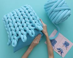 All you need to make this seamless design are your two hands and this DIY Kit. Hand Knit Blanket, Chunky Blanket, Chunky Yarn, Knitted Blankets, Chunky Knit Throw, Crafts To Do, Yarn Crafts, Diy Crafts, Diy Cushion