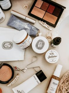My Holiday Beauty Edit - My best makeup list Luxury Beauty, My Beauty, Beauty Makeup, Beauty Hacks, Beauty Tips, Hair Beauty, Flat Lay Photography, Makeup Photography, Product Photography