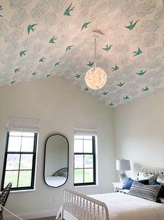 Modern Home Trends I'm Loving - Piscina Bathroom Wallpaper Trends, Bird Wallpaper Bedroom, Crazy Wallpaper, Modern Wallpaper, Wallpaper Ceiling Ideas, Little Girl Wallpaper, Foyers, Home Trends, Design Moderne