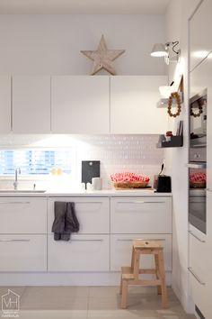 Valkoinen Harmaja - Divaaniblogit Beach House, Kitchens, Interiors, Dreams, Table, Furniture, Home Decor, Beach Homes, Decoration Home
