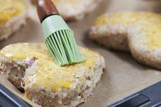 Lag en grov brøddeig og fyll den med ost, skinke og purre. Stikk ut søte hjerter av deigen, og stek. Velsmakende og sjarmerende!