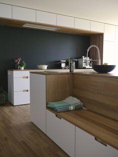 Küche nach Umbau. Die schwarze Wand ist mit Wandtafelfarbe gestrichen. Die Bank dient als Garderobe, Sitzbank, Zuschauerbank, Kletterbank,.....