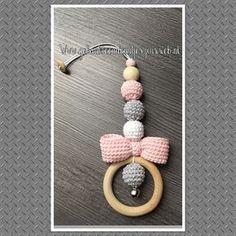 Wagenspanners & hangers | Gehaakte Cadeautjes Crochet Baby Toys, Crochet Baby Clothes, Cute Crochet, Baby Knitting, Crochet Patron, Baby Teethers, Beaded Garland, Teething Toys, Baby Rattle