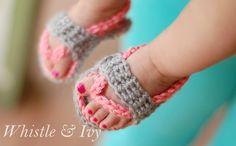 Baby Flip-Flops Crochet Pattern These adorable crochet flip-flops are perfect for summer, and show off those adorable baby toes! Crochet Baby Sandals, Crochet Shoes, Booties Crochet, Crochet Slippers, Baby Flip Flops, Flip Flop Sandals, Crochet Gratis, Cute Crochet, Quick Crochet