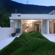 Undulating lawn on the terrace #Hill, #Lawn, #Modern