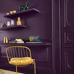 Un mur couleur aubergine pour le coin bureau
