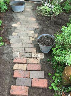 庭に小路をつくる Outdoor Living, Outdoor Decor, Modern Chandelier, Garden Gates, Kraut, Country Living, Stepping Stones, Flower Arrangements, Garden Design