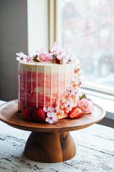 torte-zum-18-geburtstag-geburtstagstorten-stilvolle-torte-erdbeeren-deko-blumen-hausgemachte-torte