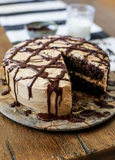 A delicious and moist homemade chocolate cake with coffee cream and chocolate ganache Chocolate Cake With Coffee, Coffee Cake, Chocolate Ganache, Brownies, Homemade Chocolate, Chocolate Recipes, Chocolate Deserts, Chocolate Lovers, Chocolate Cakes