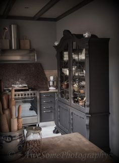 Leuk idee, oude buffetkast in de keuken in dezelfe kleur als de keuken zelf / nice, buffet in the same color as the kitchen
