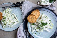 Knackig frischer Fenchel mit leichtem Joghurt Dressing und knusprigen Parmesan-Baguette-Chips - der Sommer ist in der Tür!